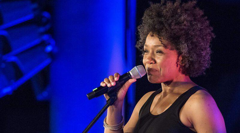 Fola Dada hält die Laudatio für Dee Dee Bridgewater jazzopen Stuttgart 2019